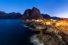 Cabine di Fishermen's nel villaggio di Hamnoy alla notte, Lofoten Isl Immagine Stock Libera da Diritti