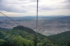 Cabine di funivia che vanno su dentro alla montagna, colline verdi fotografia stock libera da diritti