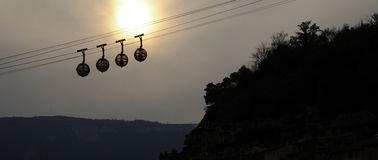 Cabine di funivia della sfera al tramonto Fotografia Stock