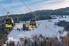 Cabine di funivia gialle, gondola dell'ovest di Planai in Planai & Hochwurzen - cuore di sci di Schladming-Dachstein, Stiria, Aus immagini stock libere da diritti