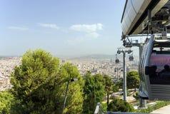 Cabine di funivia di Montjuic che funzionano con un paesaggio urbano scenico di Barcelo Immagine Stock Libera da Diritti