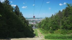 Cabine di funivia rosse di estate, teleferica sulla montagna di Pohorje, vicino a Maribor, la Slovenia archivi video