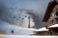 Cabine di funivia sulla stazione sciistica dell'altopiano alle alpi austriache Fotografie Stock