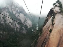 Cabine di funivia sulle montagne gialle Fotografie Stock Libere da Diritti