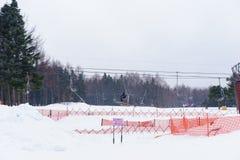 Cabine di funivia verso le montagne con neve Località di soggiorno della neve di Fujiten Immagini Stock Libere da Diritti