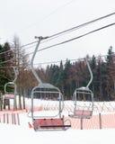 Cabine di funivia verso le montagne con neve Località di soggiorno della neve di Fujiten Fotografia Stock