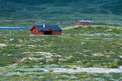 Cabine di legno rosse tradizionali sulle montagne norvegesi Immagini Stock