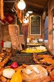 Cabine do alimento do Polônia de Cracow Krakow que vende o alimento polonês tradicional da rua Alimento polonês tradicional da ru imagens de stock