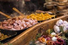 Cabine do alimento que vende o alimento polonês tradicional da rua no quadrado principal fotografia de stock