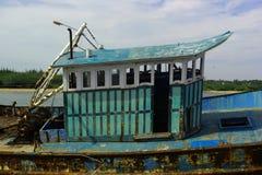A cabine do barco dilapidado do pescador em um porto pequeno indiano fotos de stock royalty free