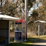 Cabine do Pagamento-telefone de Telstra na rua rural foto de stock