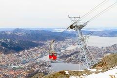 Cabine do teleférico contra Bergen, Noruega. Imagem de Stock