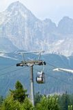 Cabine do teleférico em montanhas elevadas de Tatras Foto de Stock