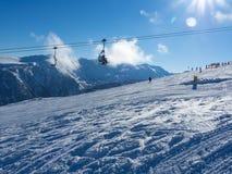 Cabine do teleférico picos em montanha de Bansko, de Bulgária e de neve no fundo Céu azul, 2017 Fotografia de Stock Royalty Free