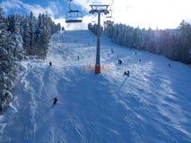 Cabine do teleférico picos em montanha de Bansko, de Bulgária e de neve no fundo Céu azul, 2017 Foto de Stock