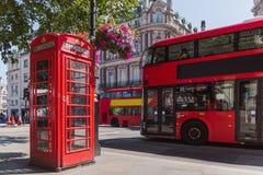 Cabine do telefone de Londres e ônibus do ônibus de dois andares foto de stock royalty free