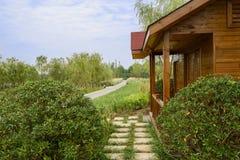 Cabine do Wayside nos arbustos no dia de verão ensolarado Fotos de Stock Royalty Free