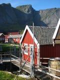 Cabine dos pescadores nos consoles de Lofoten Imagem de Stock