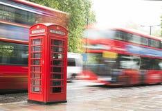 Cabine e ônibus vermelhos do telefone em Londres. Fotografia de Stock Royalty Free