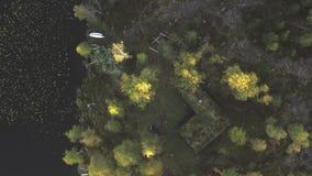 Cabine en een boot in het bos stock footage