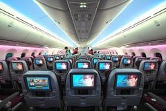 Cabine espaçoso e confortável da classe de economia de Qatar Airways Boeing 787-8 Dreamliner em Singapura Airshow imagens de stock