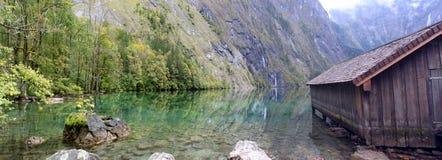 Cabine et eau de logarithme naturel dans Obersee, koenigssee Images libres de droits