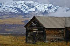 Cabine et montagnes photos libres de droits