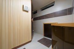 Cabine finlandesa moderna da sauna do estilo no banheiro Imagem de Stock Royalty Free