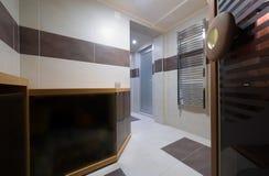 Cabine finlandesa moderna da sauna do estilo no banheiro Imagem de Stock