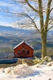 Cabine fumeuse de montagne avec une vue Photographie stock libre de droits