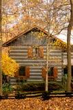 Cabine in het hout met de herfst royalty-vrije stock fotografie