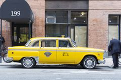 Cabine jaune classique de nyc de cru dans la rue photo stock