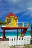 Cabine jaune et rouge de maître nageur sur la plage grande d'Anse Photographie stock