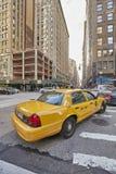 Cabine jaune sur la 6ème avenue au coucher du soleil Images stock