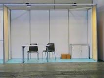 Cabine justa modular vazia isolada com mesa e cadeiras fotos de stock