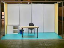 Cabine justa modular vazia isolada com mesa e cadeiras foto de stock