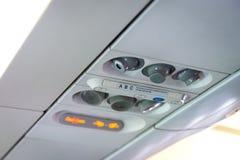 Cabine ? l'int?rieur des avions, des lumi?res, de la condition d'air et du panneau de signes au-dessus du si?ge image stock