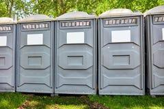 Cabine mobili di toilette del polimero di rinforzo vetroresina in un parco fotografia stock libera da diritti