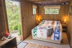 Cabine nas madeiras com fazendeiros revestimento e chapéu Fotografia de Stock Royalty Free