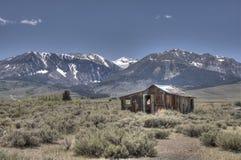 Cabine nas montanhas imagens de stock