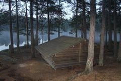 Cabine no lago no amanhecer Foto de Stock Royalty Free