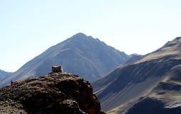 Cabine no penhasco da montanha Imagens de Stock Royalty Free