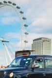 Cabine noire célèbre une rue à Londres photos libres de droits