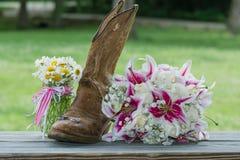 Cabine occidentale avec le bouquet et les anneaux nuptiales Photographie stock libre de droits