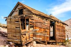 Cabine ocidental velha da mineração situada no deserto do Vale da Morte Califórnia imagem de stock