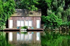 Cabine onder bomen op waterkant Royalty-vrije Stock Afbeelding