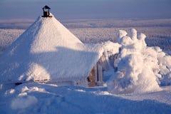 Cabine op de winterlandschap Stock Fotografie
