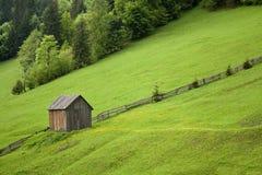 Cabine op een heuvel met gras Stock Afbeeldingen
