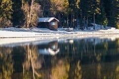 Cabine par le lac Photo libre de droits