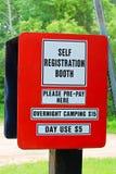 Cabine para recolher taxas para o uso do acampamento e do dia em um acampamento fotografia de stock royalty free